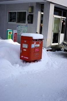12.1.7.雪のポストs.jpg